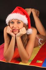 Adulto joven en bikini y fiestas navideñas