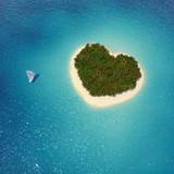 Segel Yacht liegt vor Insel Herzform in Karibik