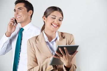 Lachende Geschäftsfrau mit Tablet PC