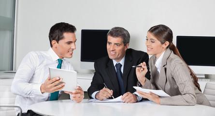 Geschäftsleute mit Tablet Computer