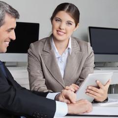 Geschäftsfrau arbeitet mit Tablet Computer