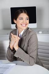 Attraktive Geschäftsfrau lacht im Büro