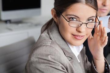 Frau mit Brille im Büro