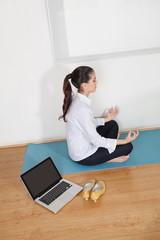 Geschäftsfrau bei Meditation im Büro