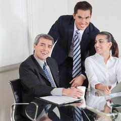 Lachendes Business-Team am Tisch