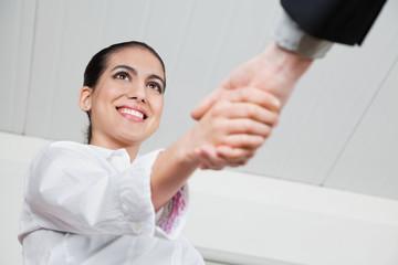 Handschlag mit Geschäftsfrau
