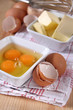 aufgeschlagene eier und butter in schälchen
