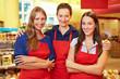 Drei Frauen arbeiten im Supermarkt