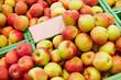 Äpfel in Kiste mit leerem Schild