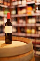 Flasche Wein mit leerem Etikett
