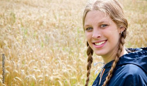 Junge Frau auf dem Land