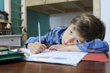 Junge hat keine Lust auf Hausaufgaben