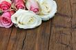 Rosen auf Holzuntergrund