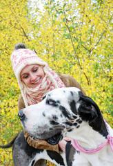 Lachende Frau mit deutscher Dogge