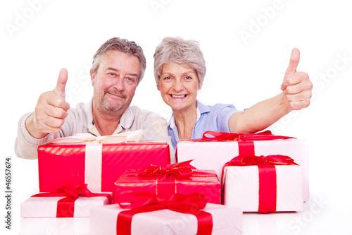 senioren mit weihnachtsgeschenken