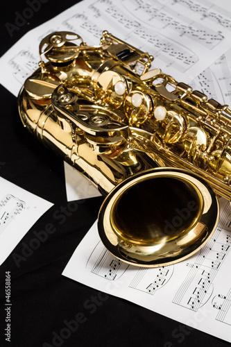 Saxophon mit Notenblätter - 46558864
