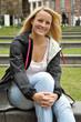 Junge Frau in Stadtpark