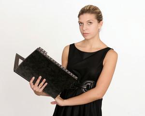 Seriöse Sekretärin liest ein Dokument