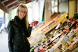 Junge Frau auf dem Markt