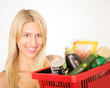 Glückliche Mutter mit Einkaufskorb