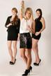 Drei Frauen stoßen auf den Abend an