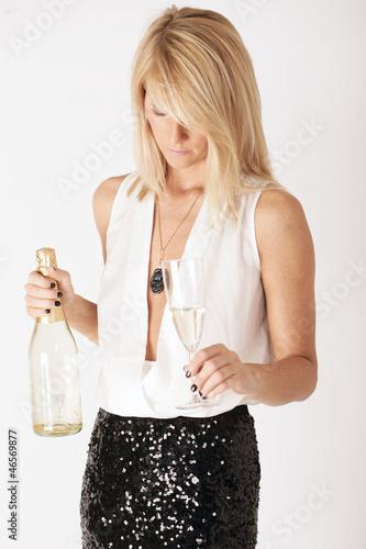 Schöne junge Frau mit Sektflasche