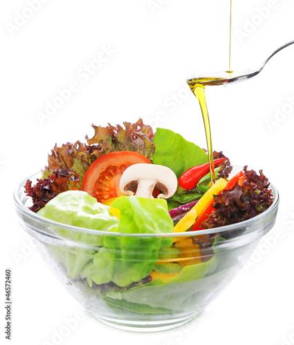 frischer Salat, verfeinert mit Olivenöl