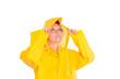 Frau im gelben Regenanzug