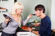 junges Paar beim gemeinsamen kochen