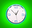 Leinwanddruck Bild - Retro blue clock on green background