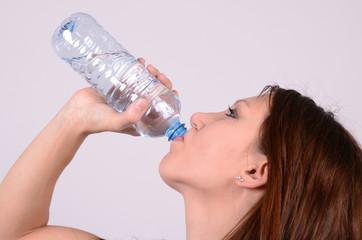 durstige frau beim trinken