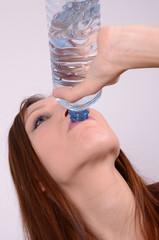 frau trinkt aus der flasche wasser