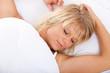 Attraktive Frau schläft im Bett