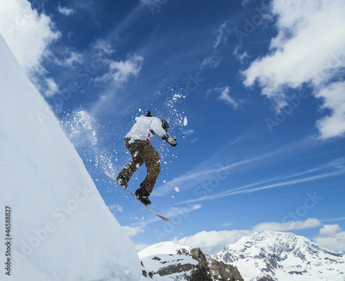 Deurstickers Ballon Snowboarder jumping in mountains