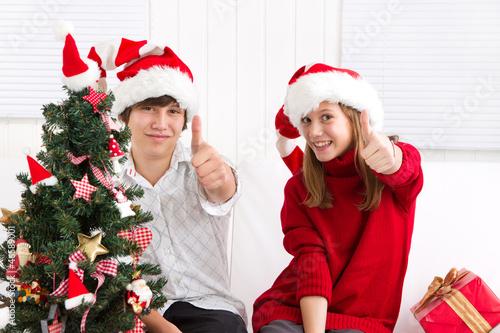 Fröhliche Kinder unterm Christbaum