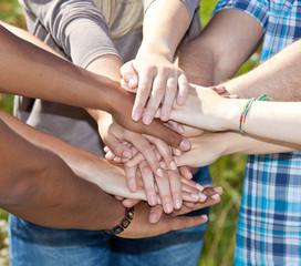 Diverse Personen legen ihre Hände aufeinander