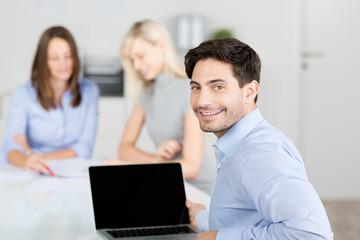geschäftsmann in einem meeting mit kollegen