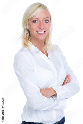 Blonde Frau in weißem Hemd und gkreuzten Armen