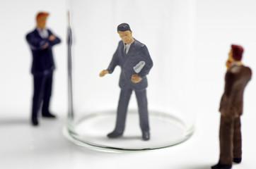 ガラスケースのビジネスマン