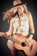 Frau mit Hut und Gitarre