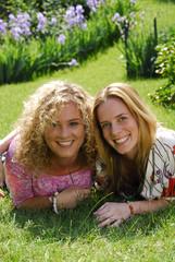 Mujeres amigas compartiendo en un jardín.