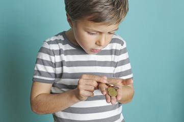 Kind zählt konzentriert sein Geld