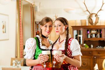 Zwei junge Frauen in Bayerischer Tracht in Restaurant