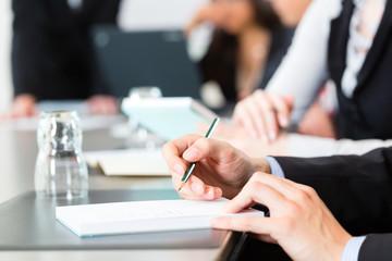 Geschäftsleute in einem Business Meeting im Büro