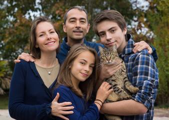 famille au complet avec le chat