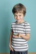 Kind freut sich über sein Taschengeld