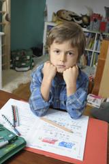 Junge ist gestresst von den Hausaufgaben