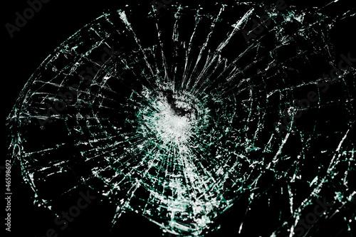 Rozbite szkło na czarnym tle