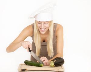 Junge Hausfrau macht Mittagessen