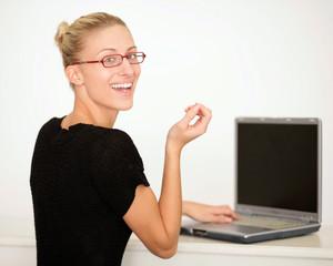 Attraktive Frau bei einem Onlinedate